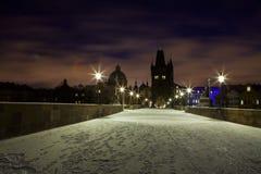 在查尔斯桥梁,布拉格的冬天夜 库存图片
