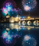 在查尔斯bridgeat上的美丽的烟花在晚上,布拉格,捷克 图库摄影