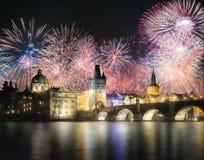 在查尔斯bridgeat上的美丽的烟花在晚上,布拉格,捷克 免版税库存图片