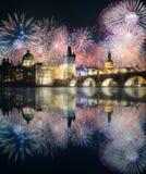 在查尔斯bridgeat上的美丽的烟花在晚上,布拉格,捷克 库存照片