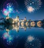在查尔斯bridgeat上的美丽的烟花在晚上,布拉格,捷克 免版税库存照片