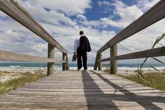 在查找海运的海滩生意人间 图库摄影