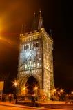 在查理大桥的夜视图在布拉格,捷克 免版税图库摄影