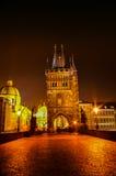 在查理大桥的夜视图在布拉格,捷克 免版税库存照片