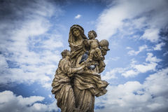 在查理大桥的雕象布拉格和鸽子的 免版税图库摄影