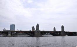 在查理斯河的历史的朗费洛桥梁从Massachusettes国家的波士顿的美国 免版税库存图片