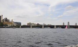 在查理斯河的朗费洛桥梁从Massachusettes国家的波士顿的美国 免版税库存图片