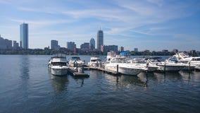 在查理斯河盆地波士顿马萨诸塞的小船 免版税库存照片