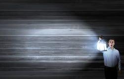 在查寻的商人在黑暗中 免版税库存照片