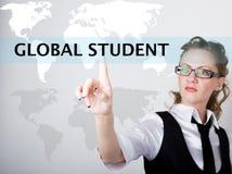 在查寻酒吧写的全球性学生在虚屏 互联网技术在事务和家 商业的妇女 库存照片