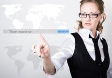 在查寻酒吧写的旅行保险在虚屏 互联网技术在事务和家 商业的妇女 库存照片