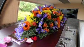 在柩车的葬礼在公墓的小箱或教堂或者埋葬 免版税图库摄影