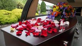 在柩车的葬礼在公墓的小箱或教堂或者埋葬 库存照片