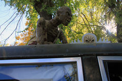 在柩车顶部的残忍的妖怪 库存图片