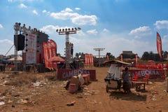 在柬埔寨啤酒事件党,在区域附近的垃圾消散以后的音乐场面 免版税图库摄影