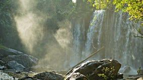 在柬埔寨的雨林的中大瀑布 免版税库存图片