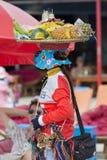 在柬埔寨结果实工作在酸值荣海滩的卖主  库存图片