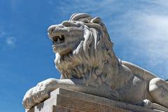 在柱基的狮子雕象 免版税库存图片