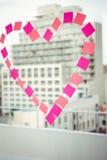 在柱子的心脏在窗口 免版税图库摄影