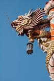 在柱子的龙有天空背景 免版税图库摄影