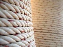 在柱子附近被包裹的重绳索 图库摄影
