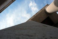 在柱廊之外的天空 库存图片