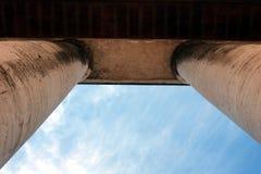 在柱廊之外的天空 免版税库存照片