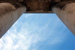 在柱廊之外的天空 免版税库存图片