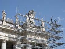 在柱廊的圣徒雕象,圣伯多禄的广场,梵蒂冈,罗马,意大利 库存图片
