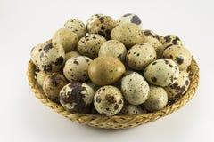 在柳条卵形形状的鹌鹑蛋 免版税库存图片