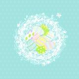 在柳条巢,在蓝色背景的贺卡的逗人喜爱的复活节彩蛋 杨柳 墙纸,飞行物,网络设计,小册子 库存图片