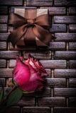 在柳条木的红色有气味的玫瑰礼物箱子 免版税库存图片