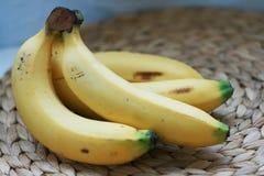 在柳条板材席子的香蕉 图库摄影