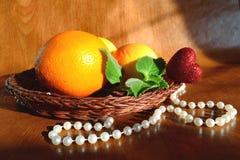 在柳条的果子板材 免版税库存照片