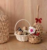 在柳条竹篮子的泰国传统点心在木背景 图库摄影