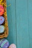 在柳条筐安排的各种各样的复活节彩蛋 库存照片