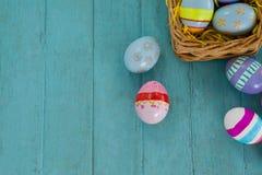 在柳条筐安排的各种各样的复活节彩蛋 免版税库存照片