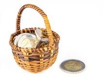在柳条筐的两枚欧洲硬币 库存图片