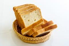 在柳条筐的切的面包 免版税库存图片