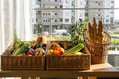 在柳条筐的副食品在厨房用桌 库存图片