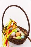 在柳条筐的复活节彩蛋 免版税库存照片
