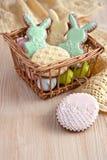 在柳条筐的复活节曲奇饼 免版税库存照片