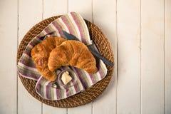 在柳条筐的新鲜的新月形面包 库存照片