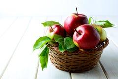 在柳条筐的新鲜的红色苹果 库存照片