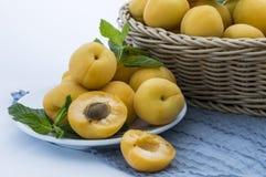 在柳条筐的杏子 库存图片