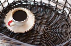 在柳条筐的杯热的咖啡 免版税库存照片