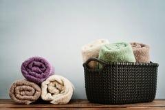 在柳条筐的毛巾 免版税图库摄影