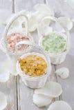 在柳条筐的海盐在白色玫瑰花瓣中 图库摄影
