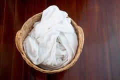 在柳条筐的白色毛巾 免版税库存图片
