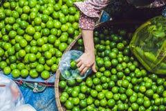 在柳条筐的石灰在越南市场上 亚洲概念食物 免版税库存照片